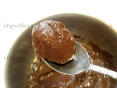 7. Черный шоколад растапливают на водяной бане, добавив 40 мл воды. Каждую заготовку погружают в шоколад.