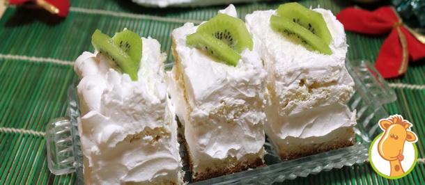 Новогодний сладкий стол: бисквитные пирожные с киви
