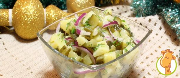 Новогодний эксперимент: салат картофельный с маринованными огурцами и укропом