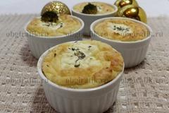 10. Подают к новогоднему столу картофель-суфле сразу, еще горячим.