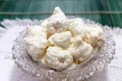 11. Выложив в конфетницу, нежный домашний зефир подают в качестве десерта к новогоднему столу.