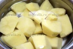 2. Очищенный картофель отваривают традиционным способом.