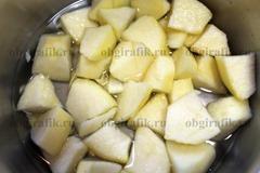 3. Яблоки очищают, нарезают кубиками и, залив оставшейся водой, отваривают до размягчения.