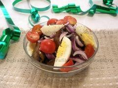 5. Соединив в одной емкости, компоненты сбрызгивают лимонным соком и перемешивают – салат с куриной печенью к новогоднему столу готов!