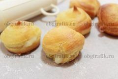 10. Остудив, пирожные наполняют через отверстие сбоку или сверху кремом.