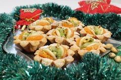 8. Посыпав ореховой крошкой, корзиночки из песочного теста до подачи к новогоднему столу держат в холодильнике.