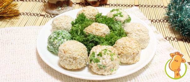 Новогодний салат-закуска из сыра с кунжутом и маслинами