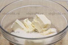 2. Сахар растирают со сливочным маслом.