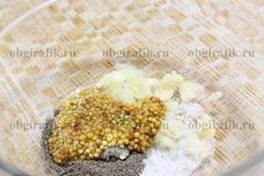 2. Смешивают соль, перец, горчицу и раздавленный чеснок.