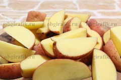 2. Вымыв, осушив, картофель нарезают крупными дольками, кожуру оставляют.