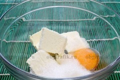 2. Масло растирают с желтком, половиной нормы сахара.