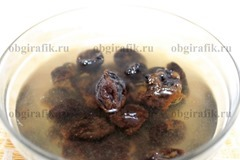2. Чернослив, промыв, заливают горячей водой и дают постоять 15-20 минут.