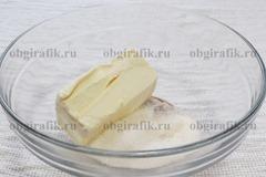 2. Масло растирают с сахаром, ванильным сахаром и солью.