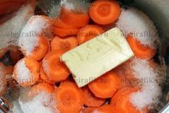 2. В огнеупорную емкость кладут нарезанную кругами морковь, сахар, половину нормы сливочного масла и вливают воду. После закипания тушат порядка 20 минут.