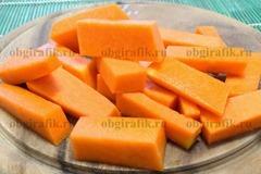 2. Тыкву, очистив, нарезают крупными брусками или оставляют крупным куском. Нарезанный овощ запекается значительно быстрее.