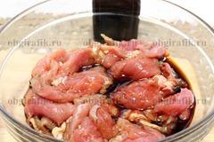2. Свинину нарезают небольшими кусками, заливают соевым соусом.