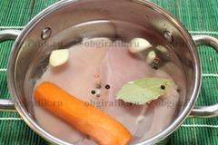 2. Куриное филе отваривают с морковью, чесноком, перцем горошком, лавровым листом и солью. Охлаждают.