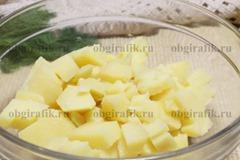 2. Картофель отваривают «в мундире», охладив, очищают и нарезают кубиками.