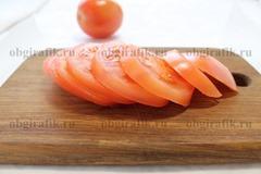 2. Вымыв, осушив, томаты нарезают кругами.