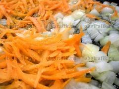 3. На растительном масле обжаривают морковь и лук.