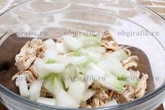 3. Добавляют мелко нашинкованный лук сладких сортов.