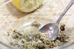 3. Вливают свежевыжатый сок лимона.