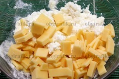 3. Добавляют крупные пластины твердого сыра, при желании горсть ягод – перемешивают.