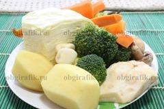 3. Тем временем готовят овощи: очищают и нарезают по своему усмотрению.