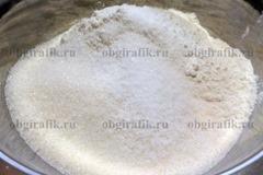 3. Отдельно соединяют муку, соль, сахар.