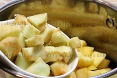 3. Затем бросают кубиками нарезанные и очищенные от кожуры яблоки.