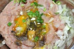 3. Мясной фарш смешивают со специями, яйцом, мелко нарезанными зеленью и репчатым луком.
