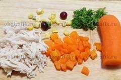 3. Отварное мясо разбирают по волокнам, морковь нарезают кубиками, отрывают стебли у петрушки, подготавливают ягоды и зерна кукурузы.