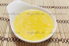 3. Сливочное масло растапливают и остужают до теплого состояния.