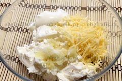 3. Смешивают мягкую брынзу, раздавленный чеснок, специи, майонез, натертый сыр.