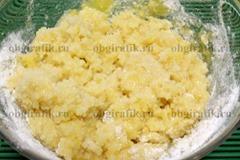 3. Для заварного крема смешивают желтки, сахар, ванильный сахар и муку.