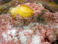 4. Мясной фарш смешивают со специями и яйцом.