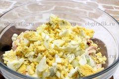 4. Затем – отваренные вкрутую и нарезанные кубиками яйца.