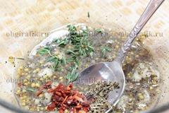 4. Всыпают сухие базилик и паприку, листики свежего тимьяна.
