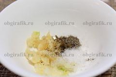 4. Смешивают соль, измельченный чеснок и молотый перец.