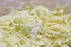 4. Капусту шинкуют и , бросив соль, перетирают.