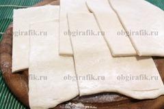 4. Тесто размораживают и разрезают на одинаковые квадраты или прямоугольники.