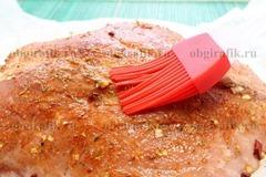 4. Перед запеканием промаринованное мясо смазывают растительным маслом.