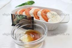 4. Выкладываю на тарелку, чередуя сыр с помидорами. Сверху посыпают черным молотым перцем, смешав, уксус или лимонный сок с оливковым маслом, слегка сбрызгивают заправкой.