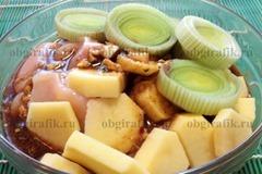 4. Смешав соевый соус, горчицу, растительное масло, листья тимьяна, раздавленный чеснок и перец, маринуют все компоненты не менее 1 часа.