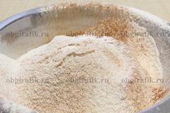 4. Муку смешивают с солью, корицей и имбирем.