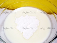 5. Йогурт смешивают с сахарной пудрой.