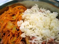 5. Добавляют отварной рис и овощную пассеровку, перемешивают – начинка готова.