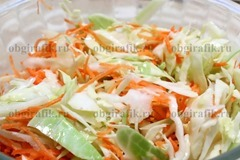 5. Морковь смешивают с капустой.