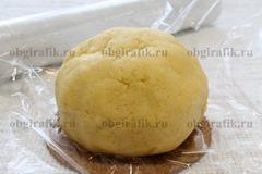 6. Замешивают пластичное тесто, формируют шар, оборачивают пищевой пленкой и убирают в морозильную камеру.