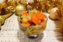 6. Подают новогодний цимес из моркови, яблок и изюма, разложив по порционным креманкам.